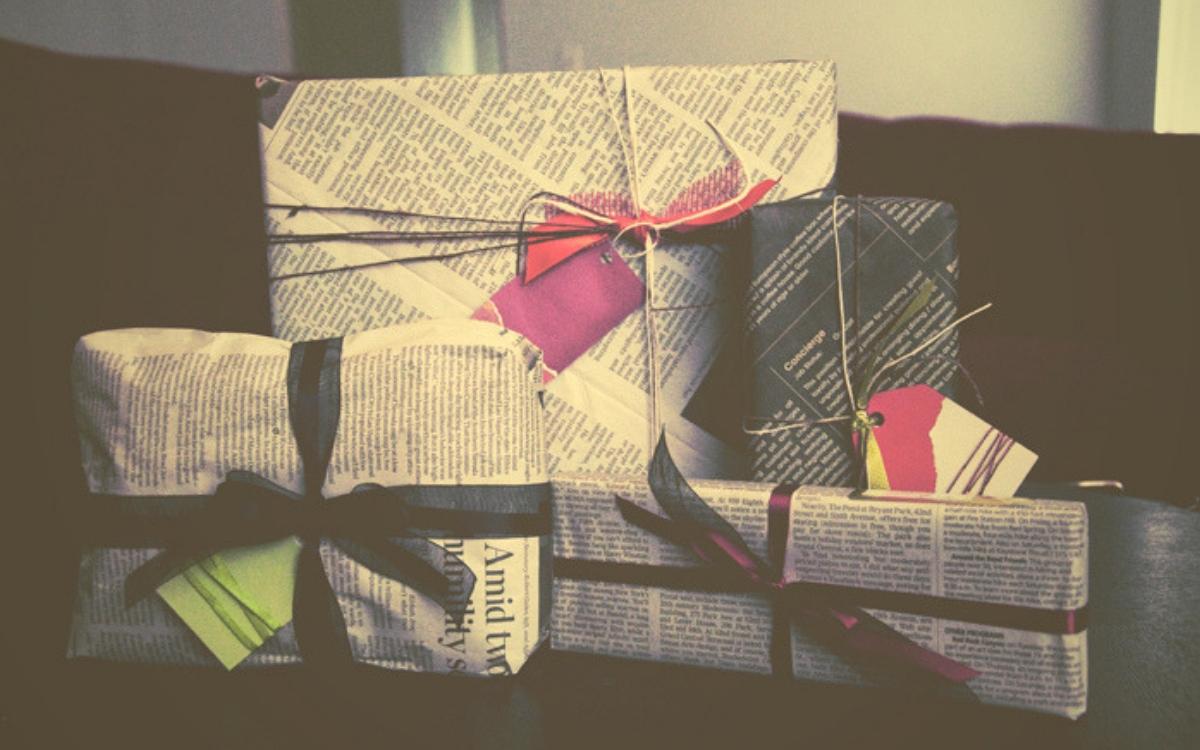 Újságpapírba csomagolt ajándékok